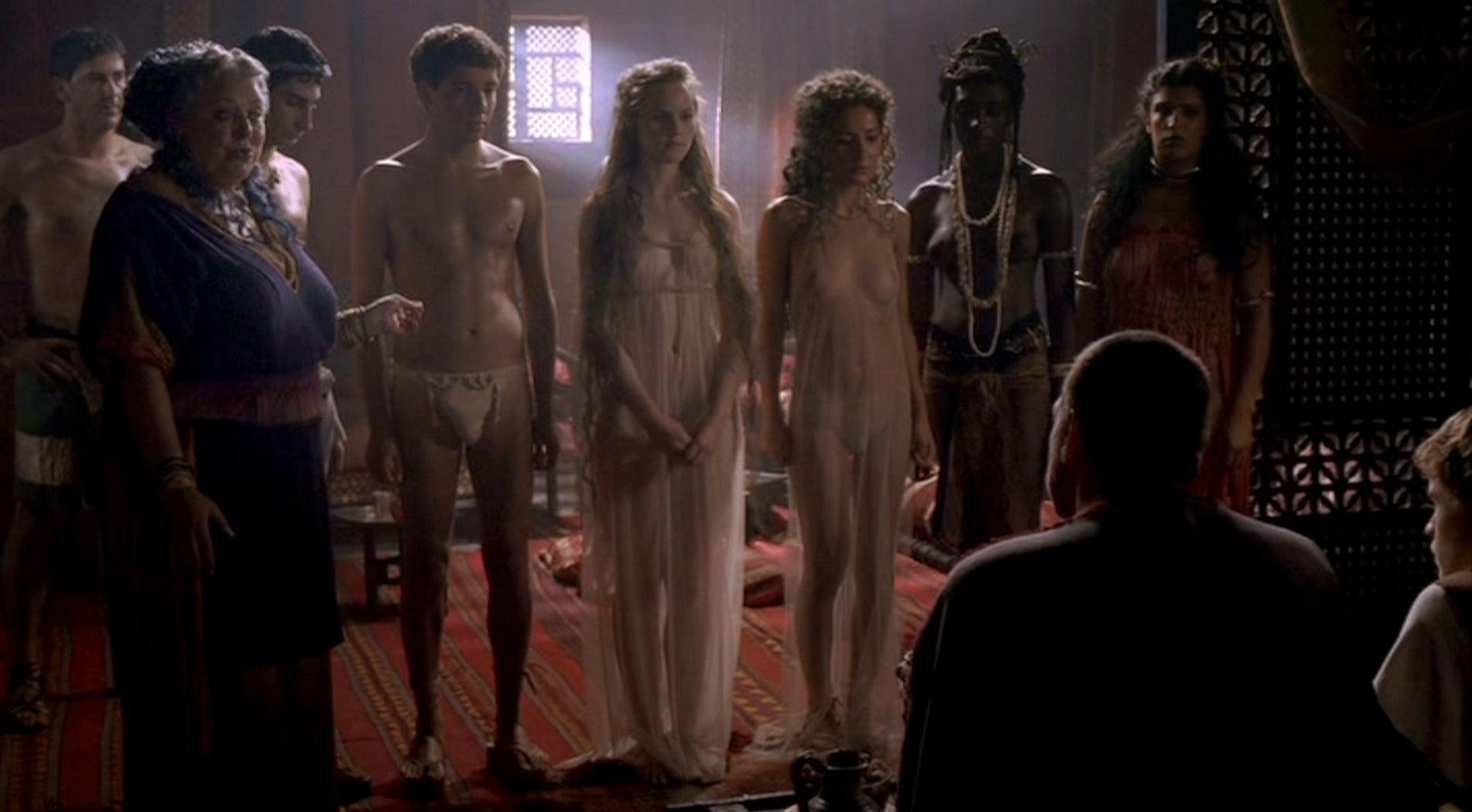 Un prostíbulo en la serie de la HBO Roma. La madama exhibe a varias chicas y chicos semidesnudos ante sus clientes.